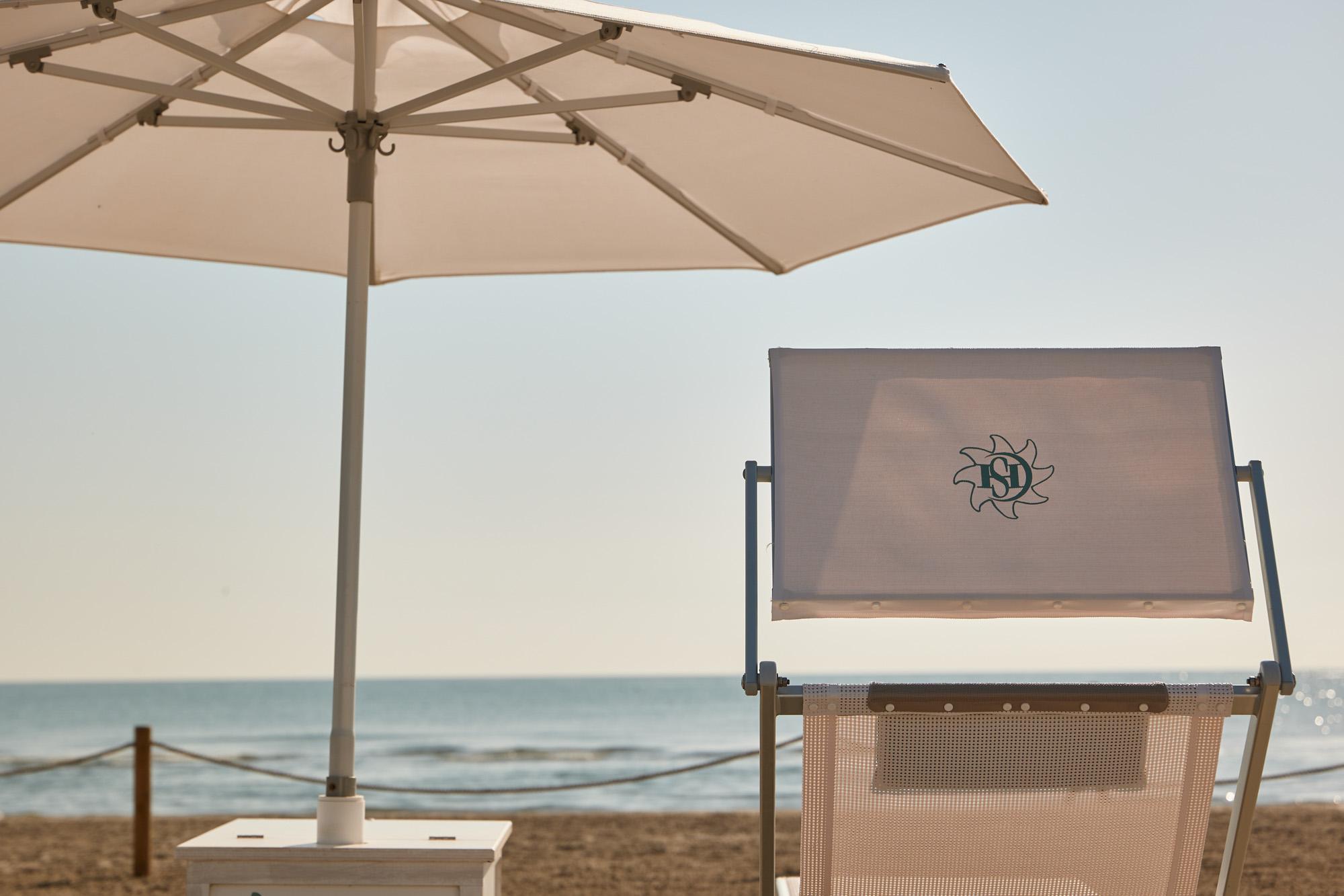 hotel saraceno 4 stelle milano marittima spiaggia privata ombrelloni distanziati 5 metri e teli mare