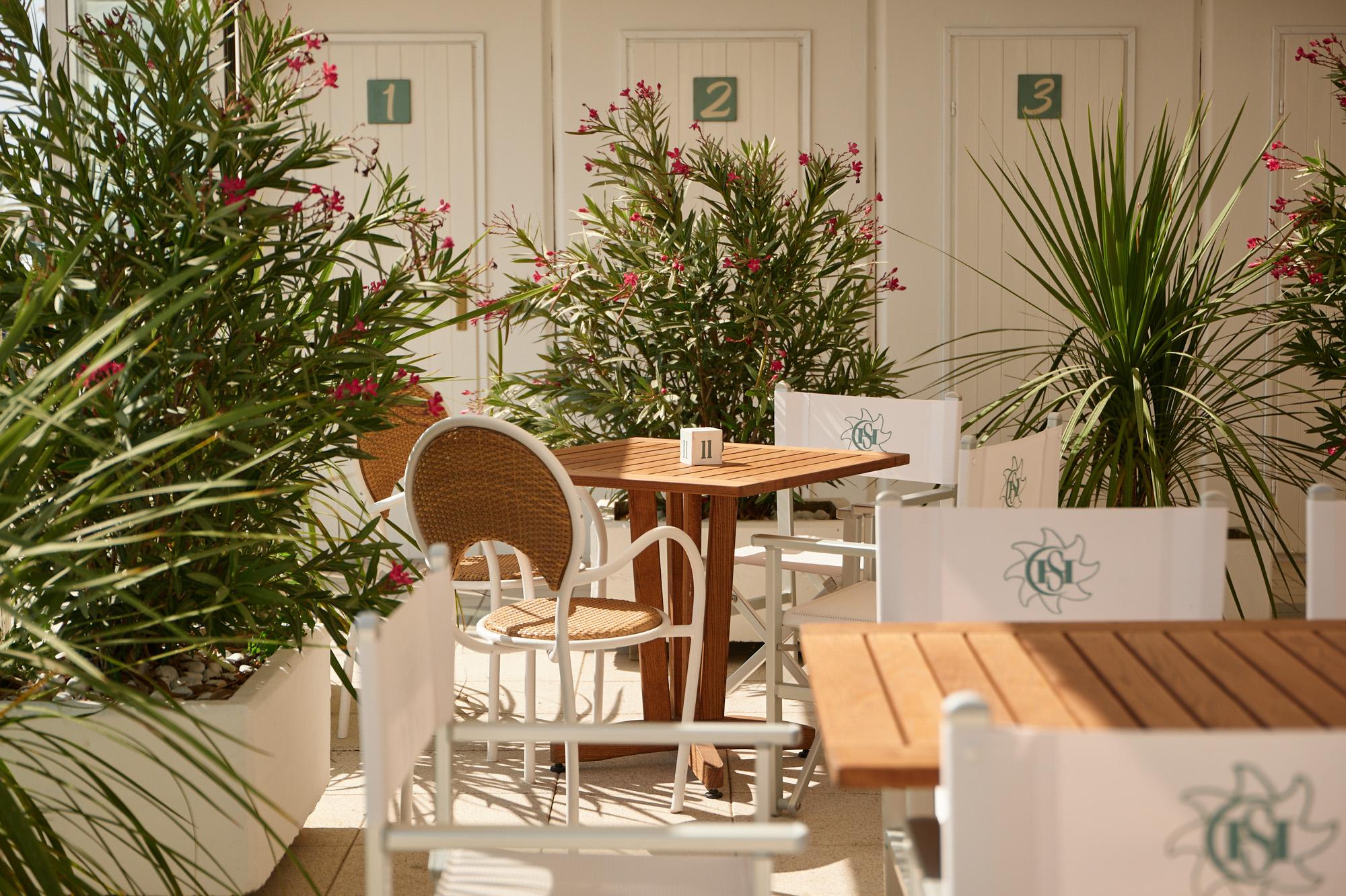 bagno giuliano 247 milano marittima spiaggia distanziata tavoli bar esterni per ristorazione e aperitivo