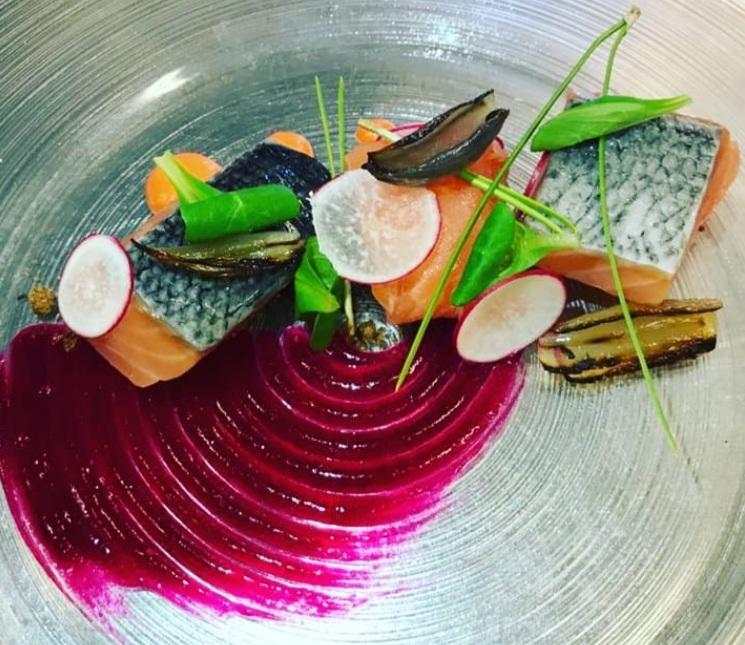 Salmone confit affumicato al pino marino con purea di rapa rossa, lamelle di ravanello e scalogno arrostito