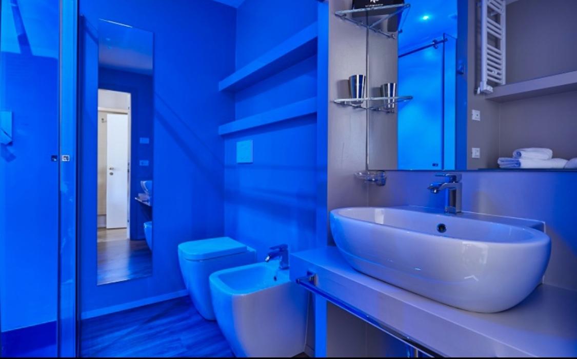 Bagno con grande doccia emozionale camere hotel saraceno 4 stelle