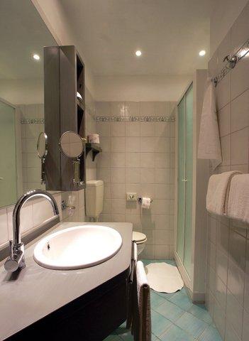 Camera superior con box doccia hotel 4 stelle milano marittima