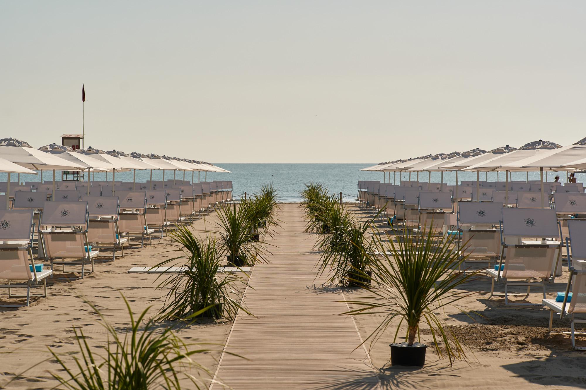 bagno giuliano 247 lungomare milano marittima spiaggia distanziata passerella con palme
