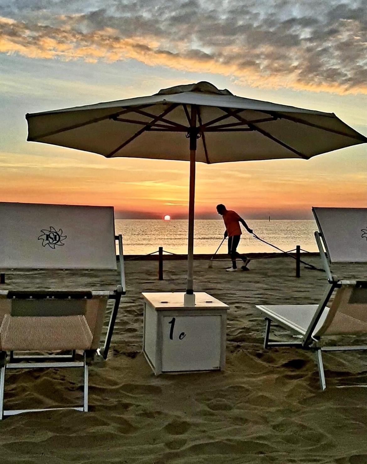 bagno giuliano 247 tramonoto sul lungomare di milano marittima, bagno con parcheggio privato e aperitivo sulla spiaggia