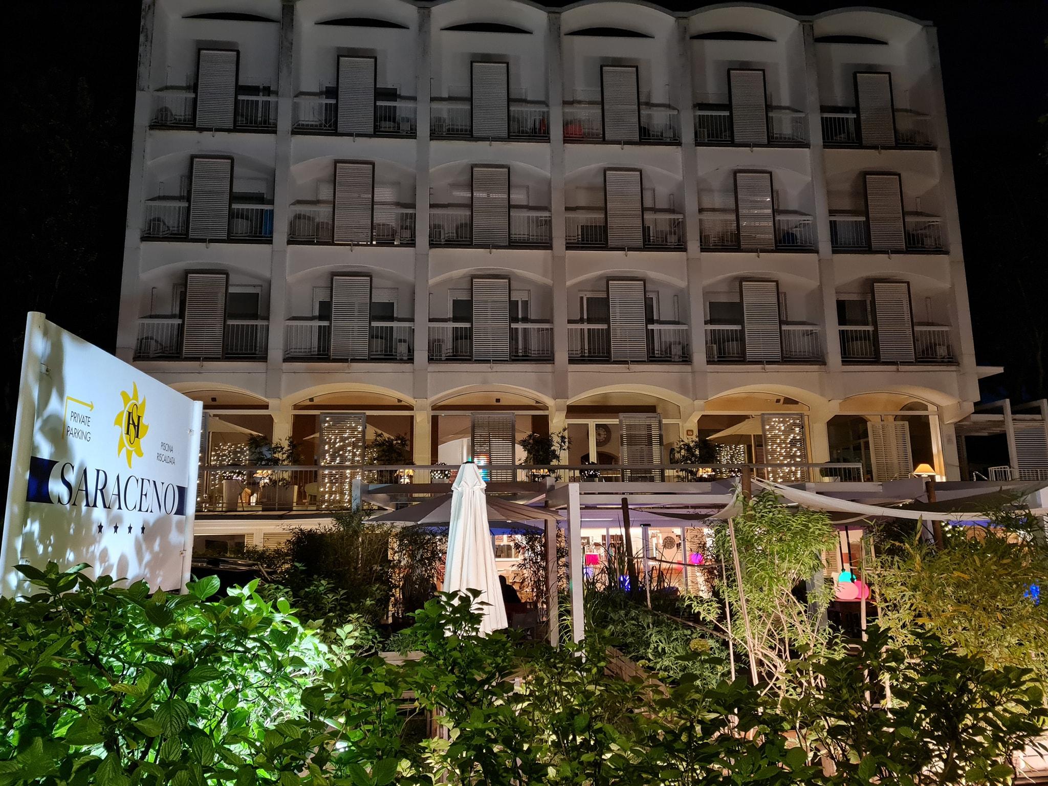 hotel saraceno facciata notturna milano marittima