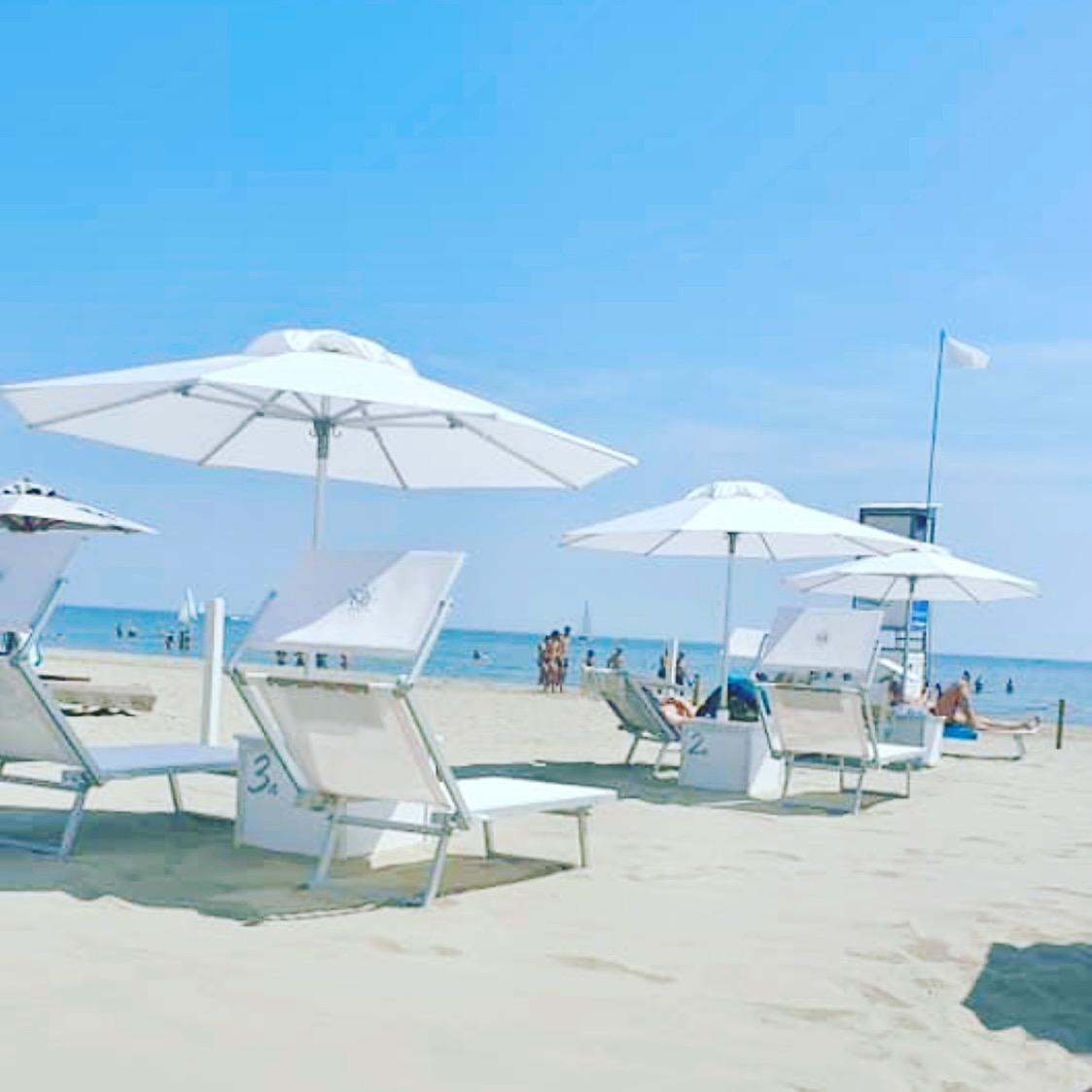 spiaggia privata hotel saraceno milano marittima bed e breakfast, ombrelloni distanziati, spiaggia tranquilla e silenziosa, servizio all'ombrellone, ombrelloni in prima fila,