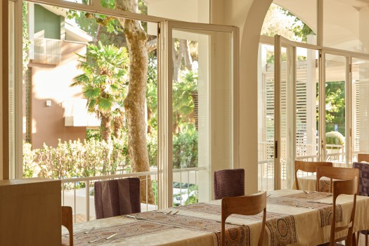 hotel saraceno 4 stelle milano marittima all inclusive con spiaggia privata e ombrelloni distanziati 5 metri
