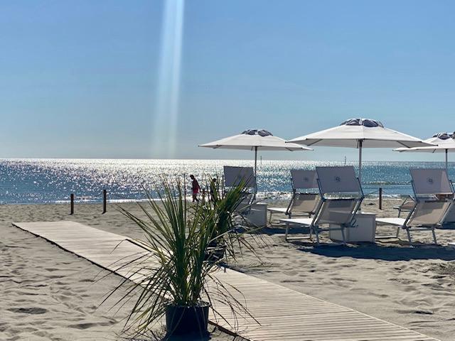 spiaggia bagno giuliano 247 spiaggia distanziata, lungomare milano marittima ombrelloni distanziati e aperitivo sulla spiaggia
