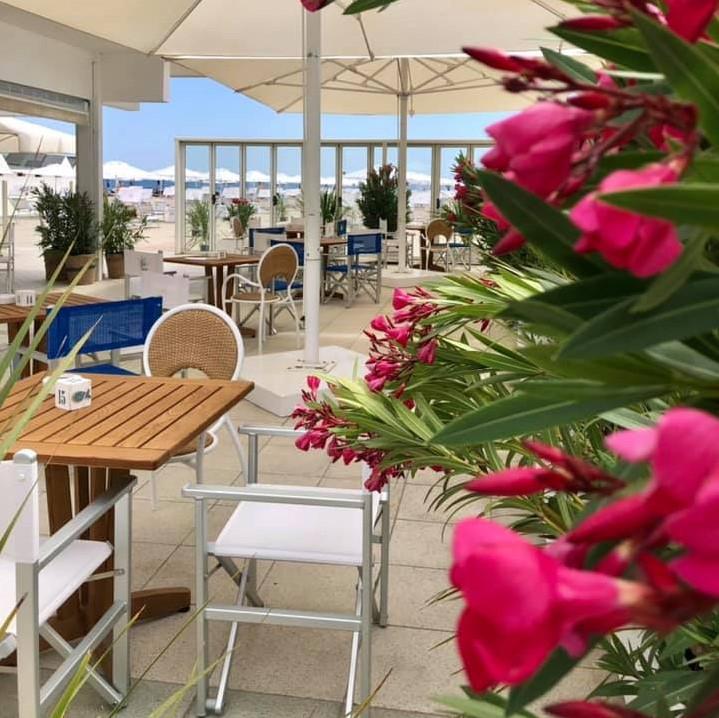 hotel con spiaggia privata milano marittima, bagno giuliano 247 ombrelloni distanziati, aperitivo in spiaggia, animali ammessi